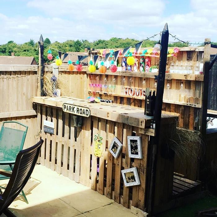 A glorious tiki-inspired patio pallet bar