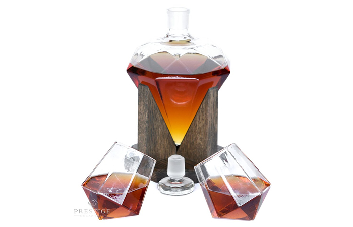 Diamond-shaped decanter set - with 2 matching whiskey glasses